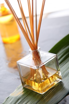 Gros plan de bâtons d'encens parfumés