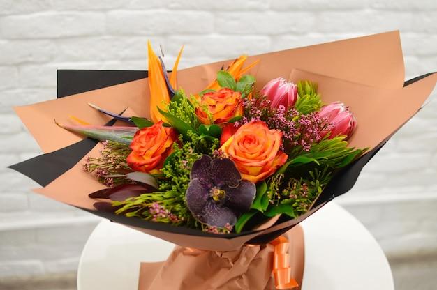 Gros plan beau beau bouquet de fleurs mélangées. variété de fleurs à floraison printanière.