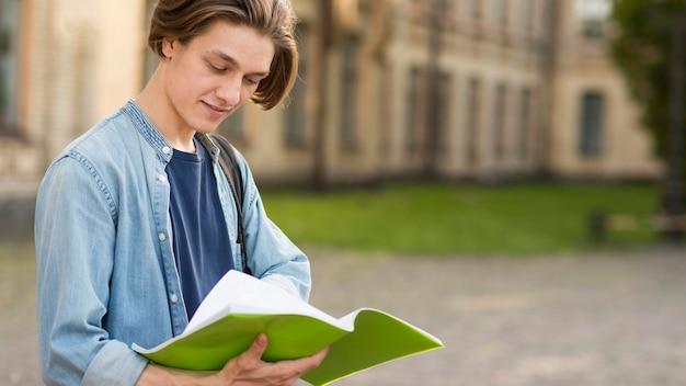 Gros plan, beau, étudiant, préparer, notes