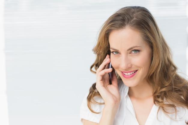 Gros plan, de, a, beau, femme affaires, utilisation, téléphone portable