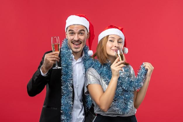 Gros plan sur un beau jeune couple portant des chapeaux de père noël isolés