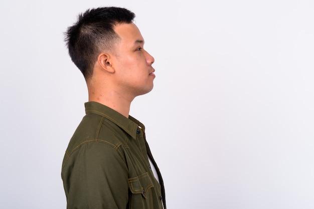 Gros plan sur beau jeune homme asiatique isolé