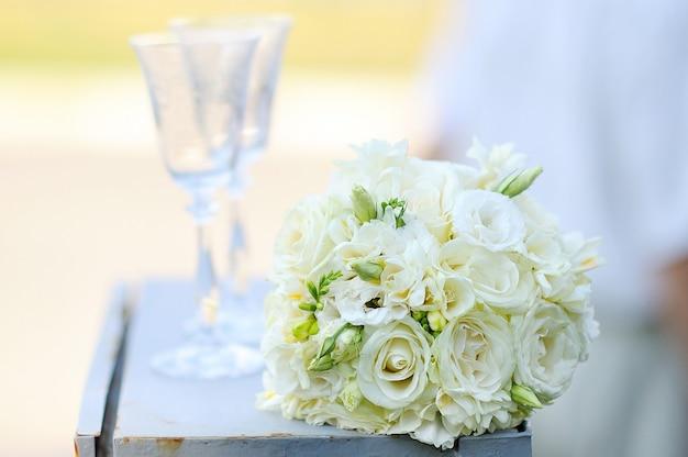 Gros plan, beau, mariage, mariée, mariée, table