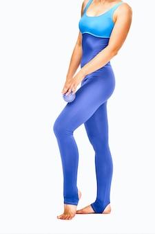 Gros plan, beau, mince, corps féminin, dans, vêtements sport, à, boule massage