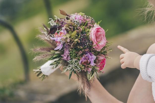 Gros plan d'un beau petit bouquet de fleurs