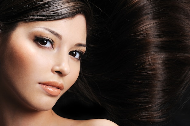 Gros plan beau visage de femme avec de beaux poils longs en bonne santé