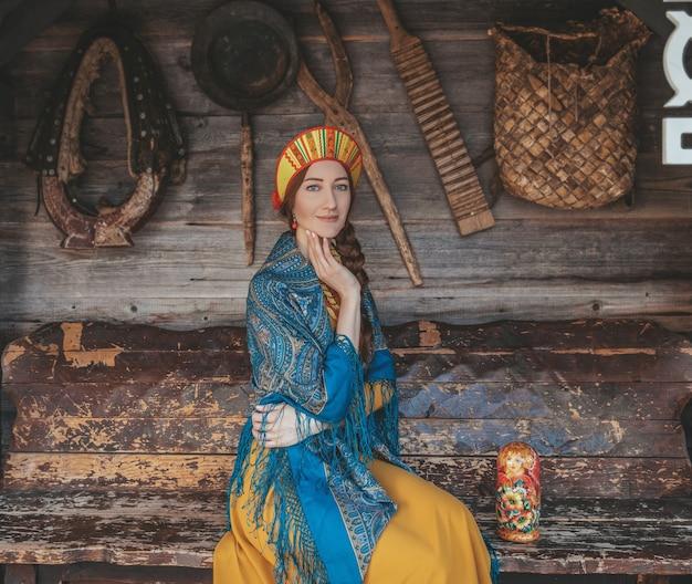 Gros plan de la beauté russe sur le fond traditionnel avec différentes choses pour la vie.