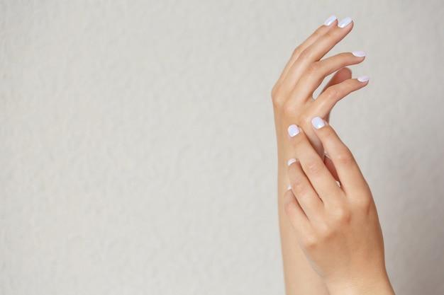 Gros plan sur de beaux gestes de la main isolés