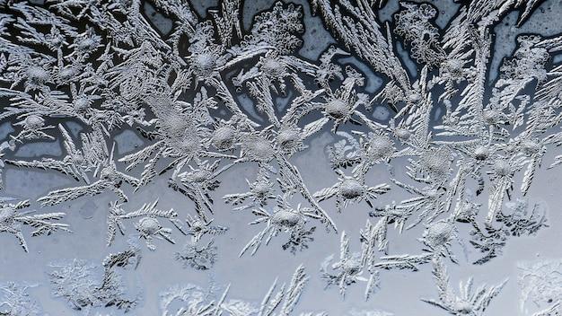 Gros plan de beaux motifs de gel et de textures sur un verre