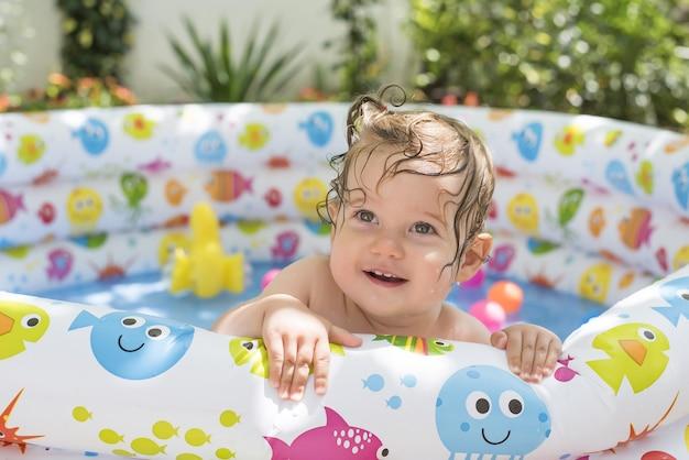 Gros plan d'un bébé caucasien sur la piscine