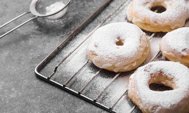 Gros plan des beignets avec du sucre en poudre