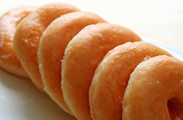 Gros plan de beignets glacés au sucre alignés avec mise au point sélective