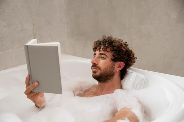 Gros plan sur bel homme prenant un bain