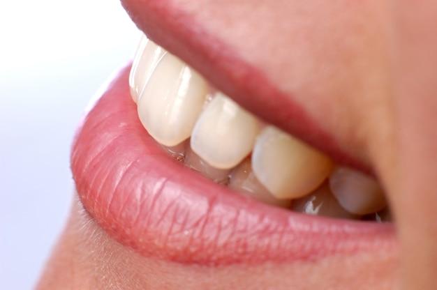 Gros plan sur la belle bouche féminine