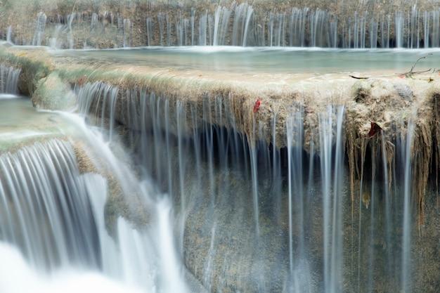 Gros plan d'une belle cascade.