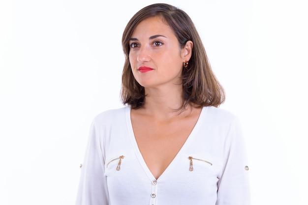 Gros plan de la belle femme d'affaires aux cheveux courts isolé