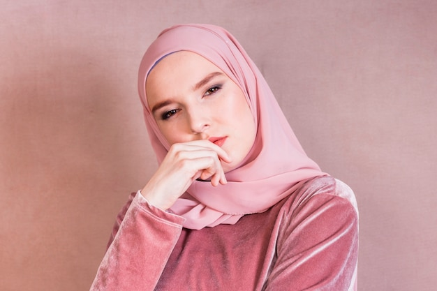 Gros plan d'une belle femme arabe contemplée