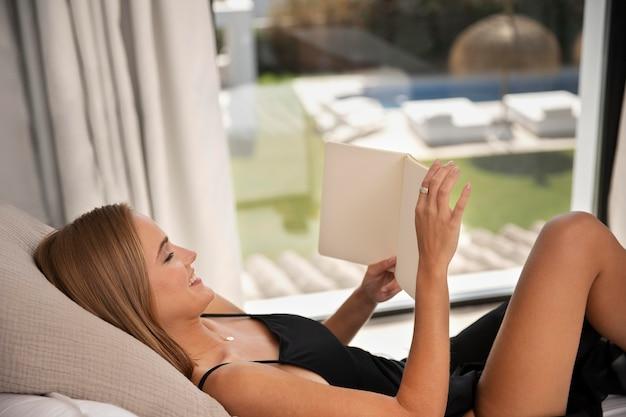 Gros plan sur une belle femme dans une maison de voyage de luxe