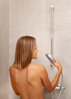 Gros plan sur une belle femme prenant un bain