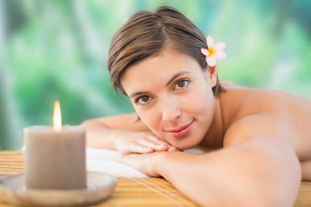 Gros plan d'une belle femme sur la table de massage