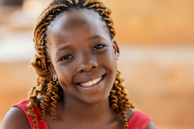 Gros plan belle fille africaine smiley