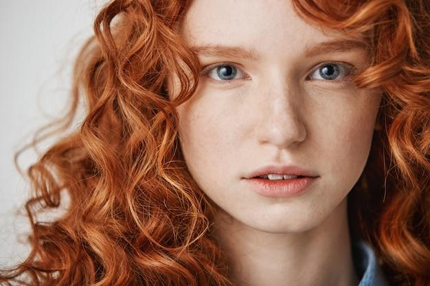 Gros plan d'une belle fille au gingembre naturel avec des taches de rousseur