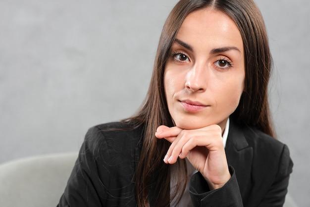 Gros plan d'une belle jeune femme d'affaires confiante