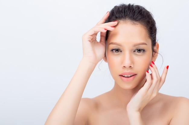 Gros plan d'une belle jeune femme asiatique avec v forme visage et touche son visage