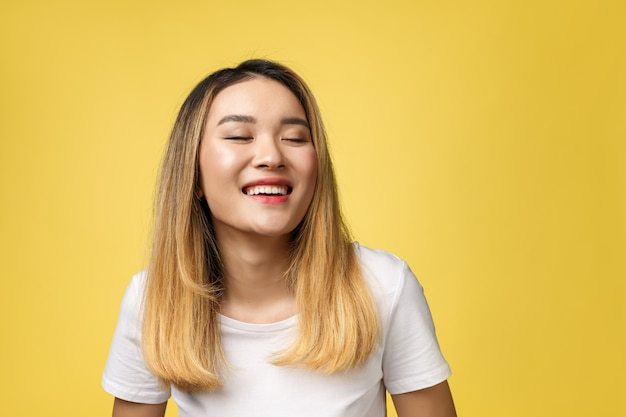 Gros plan de la belle jeune femme asiatique avec visage souriant