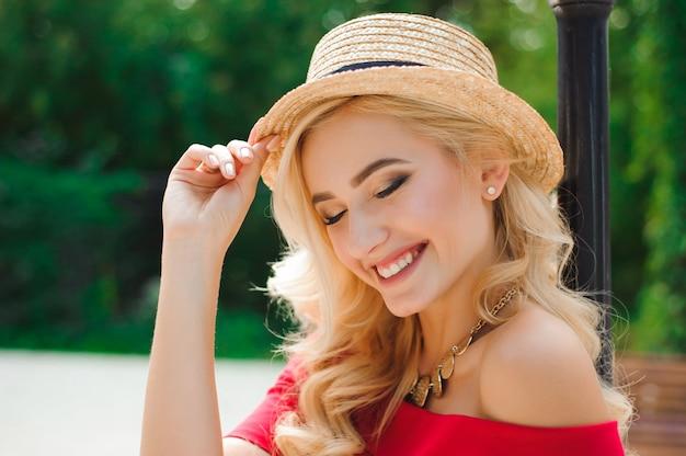 Gros plan de la belle jeune femme blonde dans un chapeau