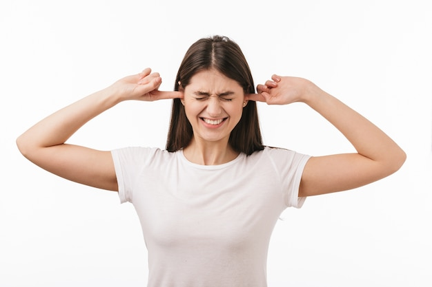 Gros plan d'une belle jeune femme isolée, couvrir les oreilles