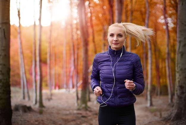 Gros plan sur la belle jeune femme jogging