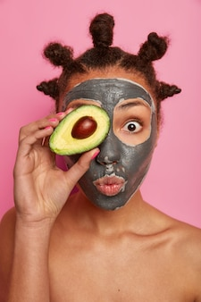 Gros plan sur la belle jeune femme avec un masque facial