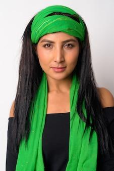 Gros plan de la belle jeune femme persane isolée