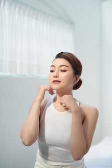 Gros plan belle jeune femme avec un visage propre
