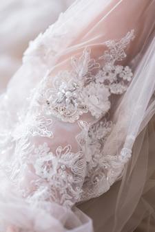 Gros plan de la belle mariée en robe de mariée fashion