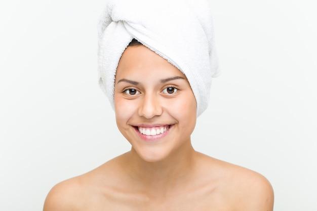 Gros plan d'une belle et naturelle jeune femme hispanique avec une serviette sur la tête