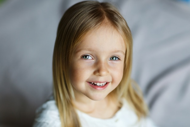 Gros plan d'une belle petite fille blonde caucasienne