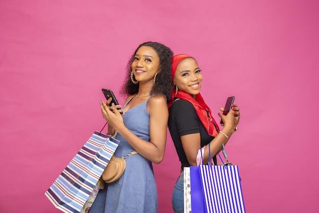 Gros plan de belles jeunes femmes avec des sacs à provisions