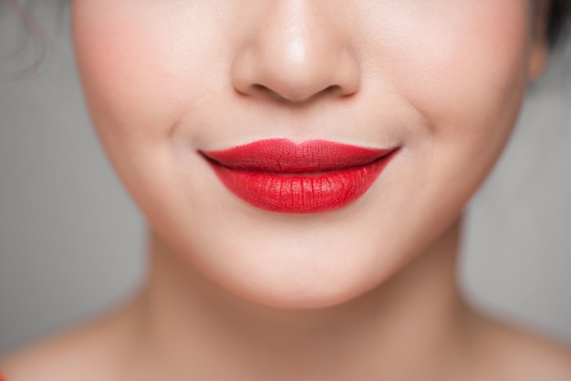 Gros plan de belles lèvres rouges parfaites. mise au point sélective.