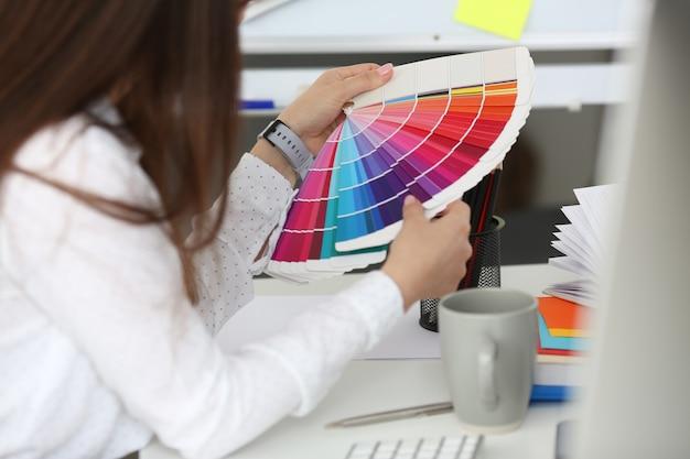 Gros plan de belles mains de femme d'affaires tenant un jeu de couleurs