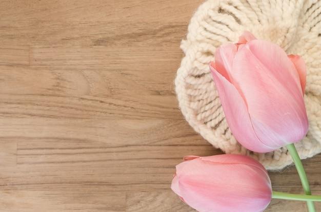 Gros plan de belles tulipes roses sur fond de bois