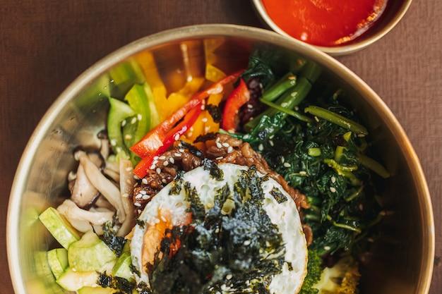 Gros plan de bibimbap ou plat de riz coréen servi sur table
