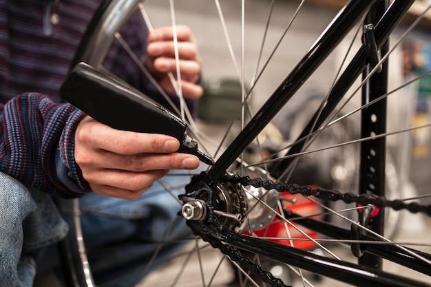 Gros plan de bicyclette d'huilage à la main