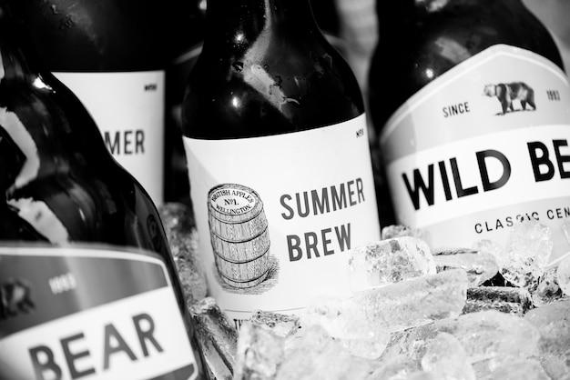 Gros plan, de, bières, refroidissement, dans, glace
