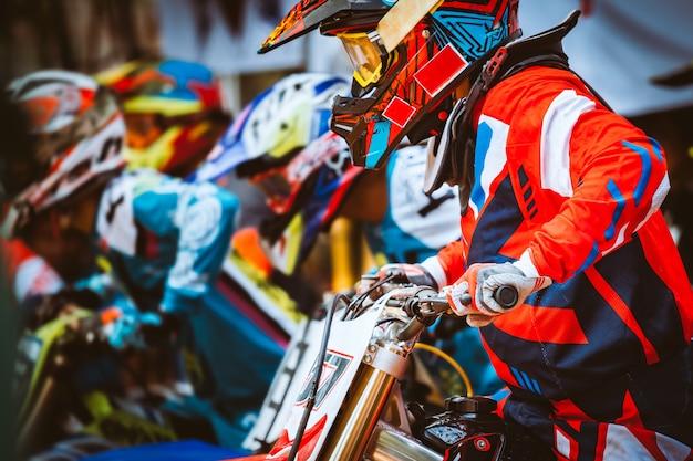 Gros plan, biker, séance, sur, moto, avant, début, course