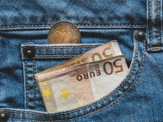 Gros plan d'un billet de 50 euros dans une poche