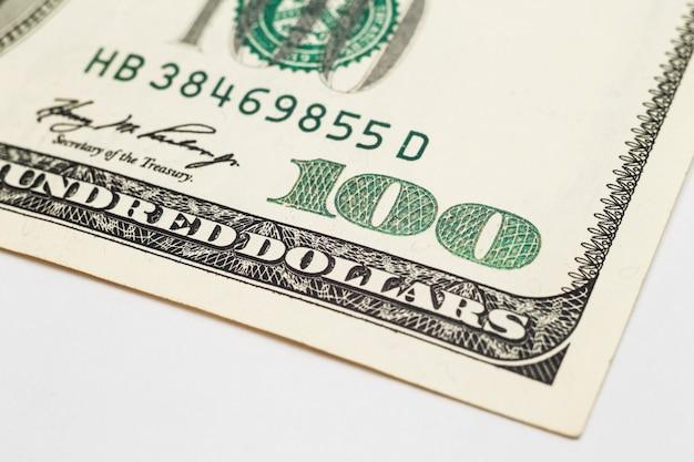 Gros plan sur un billet de cent dollars.