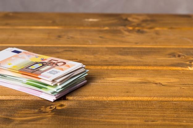 Gros plan des billets en euros sur une table en bois