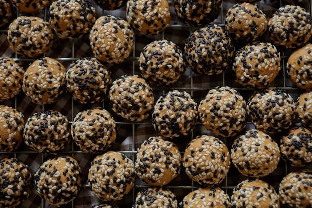 Gros plan de biscuits arrondis aux graines de sésame